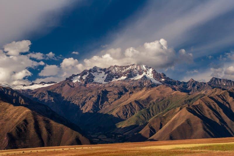 Weergeven op de bergen van de Andes dichtbij de Cusco-stad in Peru De piek van de berg die met sneeuw wordt behandeld stock foto's