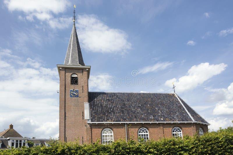Weergeven op de Nederlandse Opnieuw gevormde kerk van Eernewoude Earnewâld een oude, kleine stad in de provincie van Friesland in stock foto's