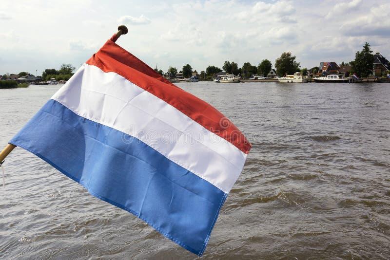 Weergeven op de Nederlandse vlag, een tribandvlag met kleuren rode wit en blauw stock afbeelding