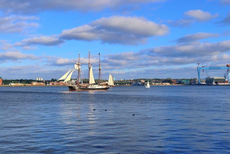 Weergeven op de Oostzee bij de haven van Kiel met sommige boten en schepen tijdens de week van Kiel royalty-vrije stock fotografie