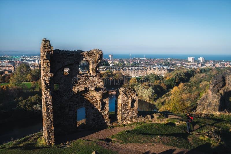 Weergeven op de oude geruïneerde kapel en de stad Edinburgh Het enige gebouw op het centrale gebied van het Park van Holyrood van royalty-vrije stock foto's