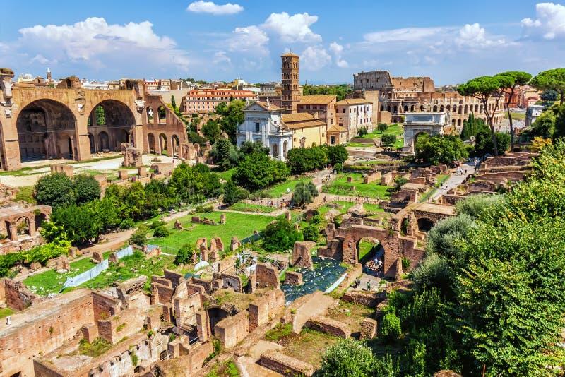Weergeven op de Roman Forum-ruïnes en Coliseum op de achtergrond royalty-vrije stock foto's