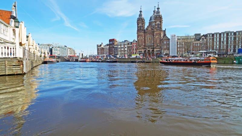 Weergeven op de stad Amsterdam met de kerk van Nicolaas in Nederland stock fotografie