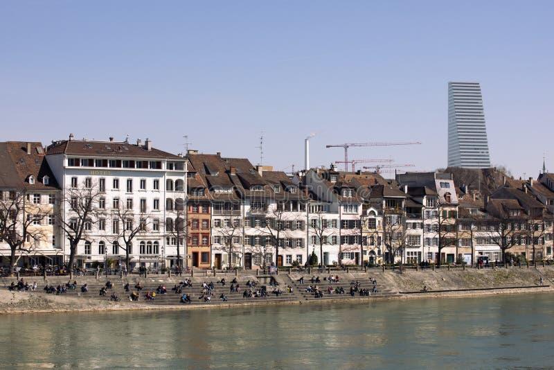 Weergeven op de stad van Bazel, gebouwen op de bank van de Rijn-rivier De zichtbare Toren van wolkenkrabberroche BAZEL ZWITSERLAN stock foto
