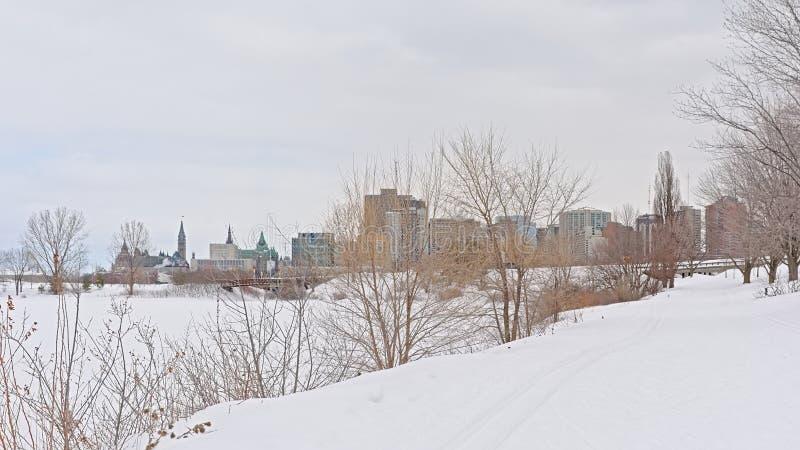 Weergeven op de stad van Ottawa van de Sjam-de winter wandelingssleep langs de rivier van Ottawa royalty-vrije stock afbeelding