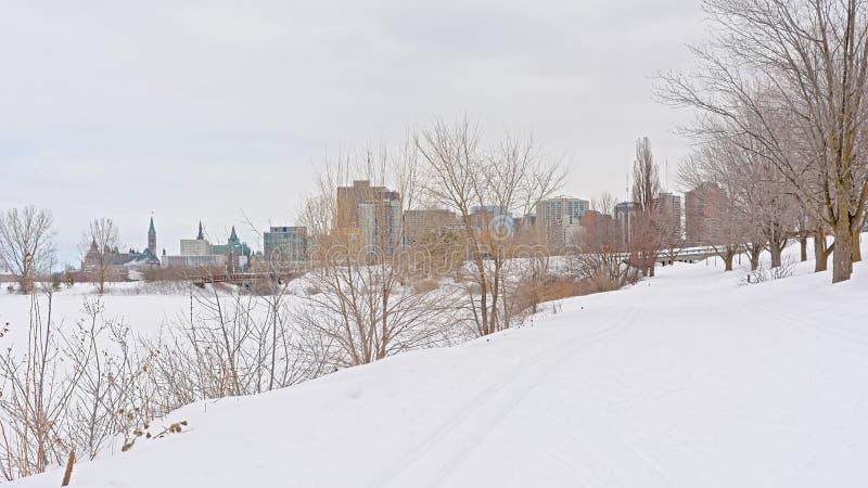 Weergeven op de stad van Ottawa van de Sjam-de winter wandelingssleep langs de rivier van Ottawa royalty-vrije stock fotografie