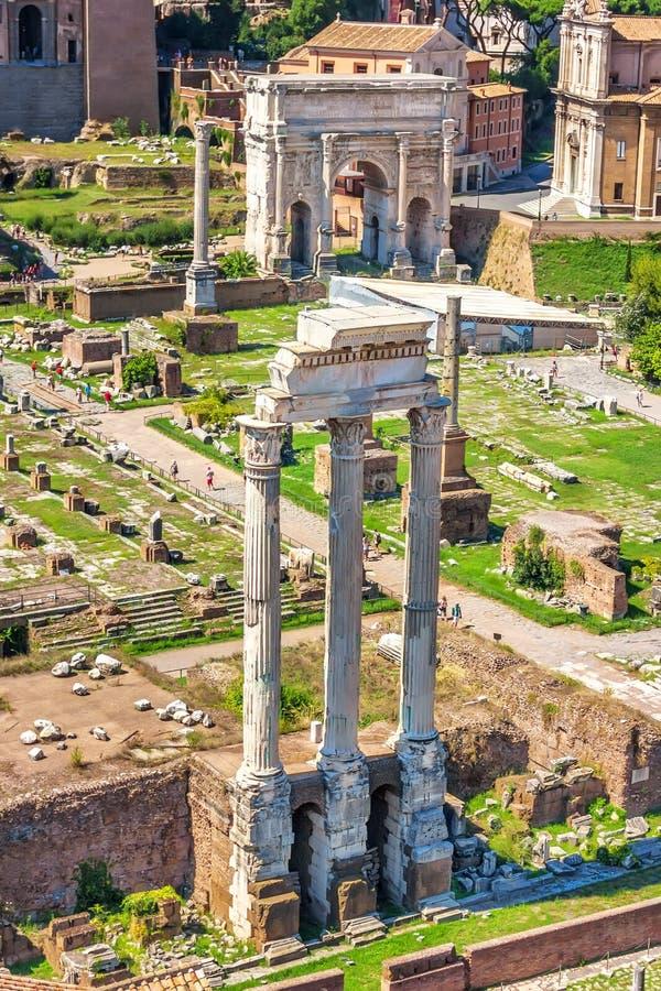 Weergeven op de Tempel van Bever en Pollux en de Boog van Septimius Severus in Roman Forum royalty-vrije stock afbeeldingen