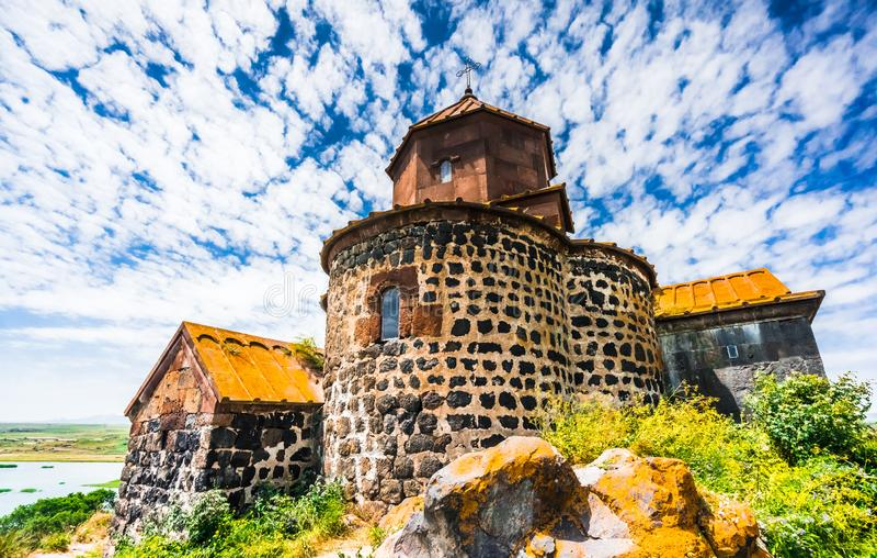 Weergeven op Hayravank-klooster op de kusten van meer Sevan, Armenië stock afbeelding