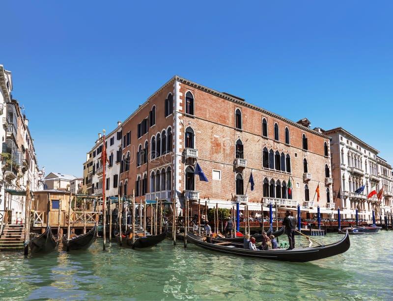 Weergeven op het Grote kanaal en gondels met toeristen, Venetië stock foto's