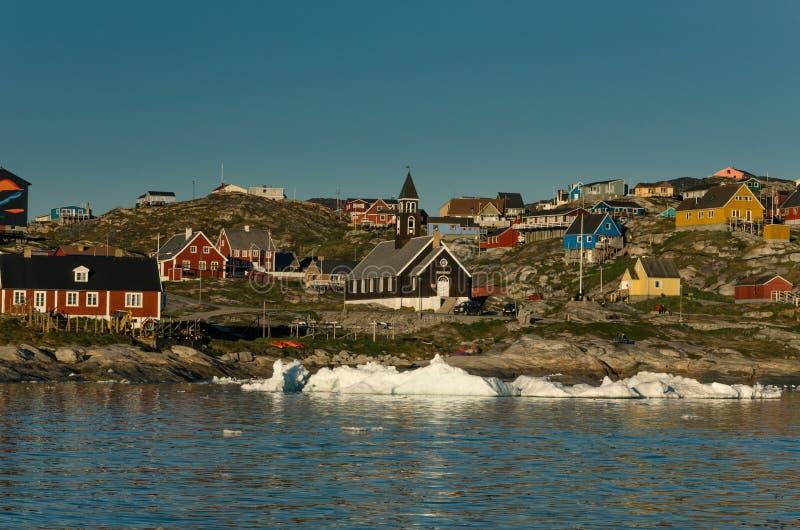 Weergeven op het Ilulissat-stadscentrum en de Zion-kerk van het overzees, Groenland stock afbeelding