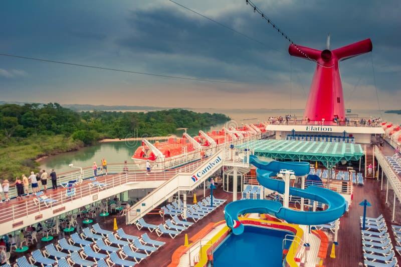 Weergeven op het Kanaal van Panama van het Carnaval-dek van het cruiseschip royalty-vrije stock afbeeldingen