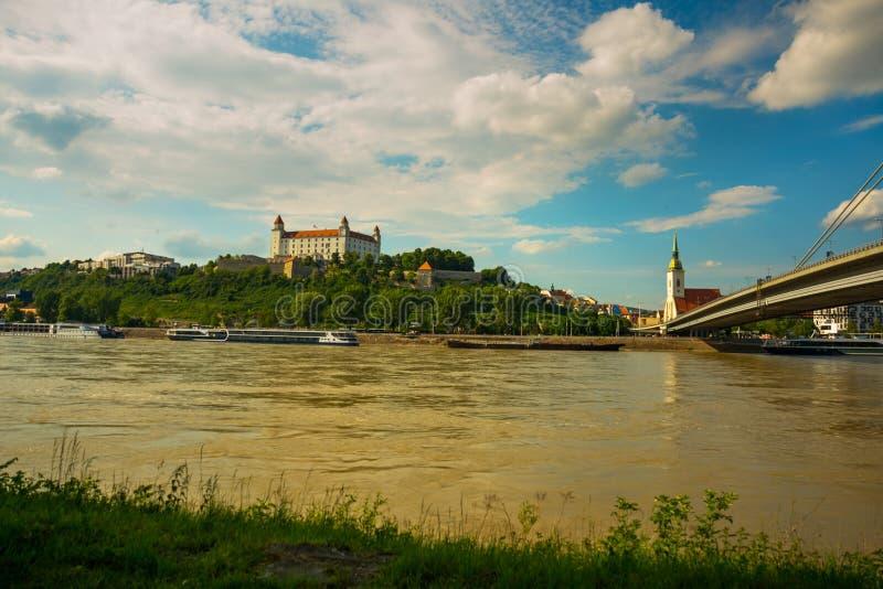 Weergeven op het kasteel van Bratislava, St Martin Kathedraal en oude stad over de rivier van Donau in de stad van Bratislava, Sl royalty-vrije stock afbeeldingen