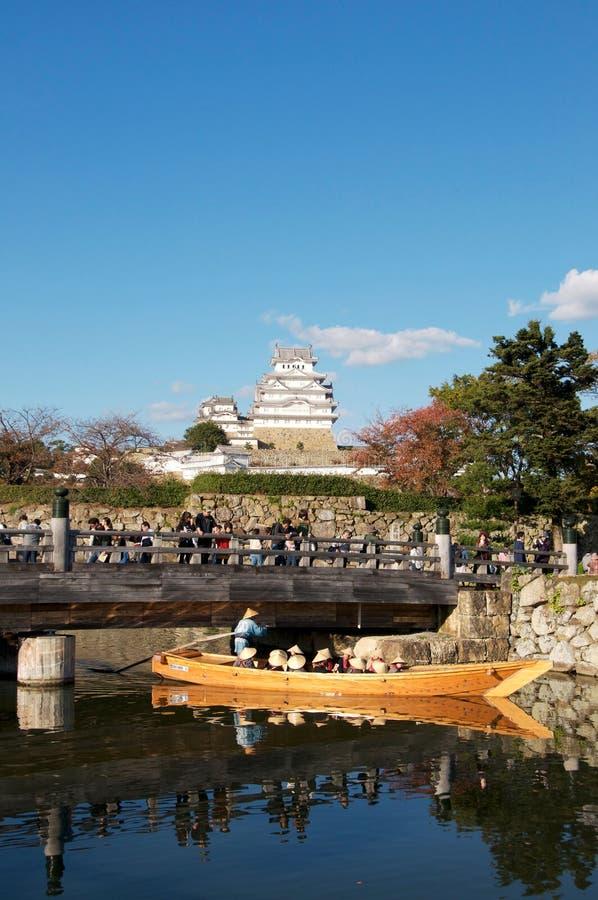 Weergeven op het kasteel van Himeji en de weg van de ingangsbrug stock afbeeldingen