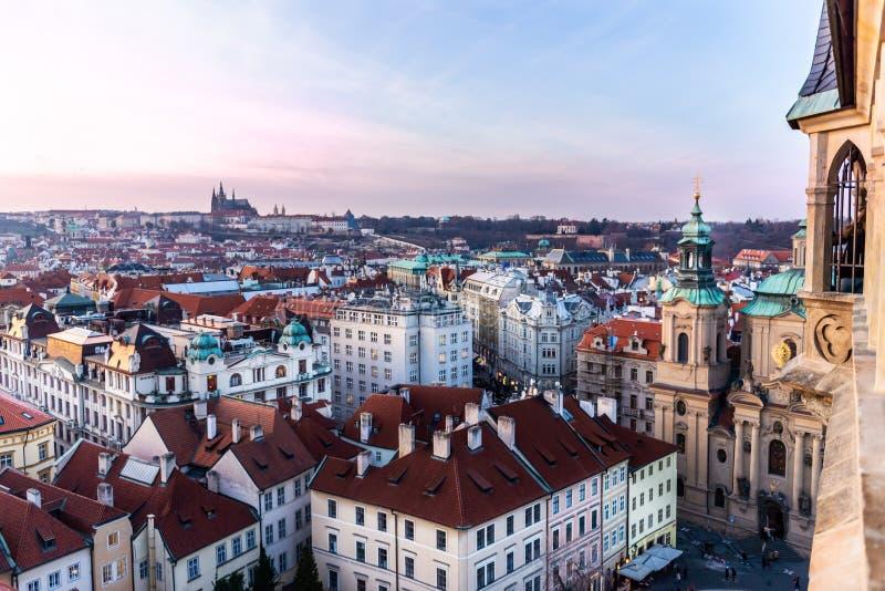 Weergeven op het panorama van Praag met rode daken en historische architectuur stock foto's
