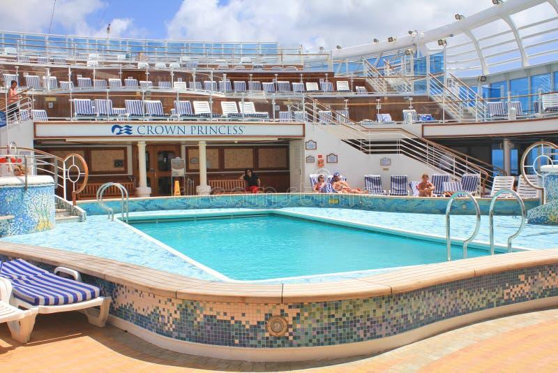Weergeven op hoogste dek met zwembad op Kroonprinsesschip royalty-vrije stock afbeeldingen