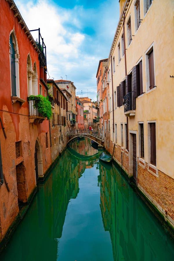 Weergeven op kanaal met van de gondelboot en motorboot water/rivier royalty-vrije stock afbeeldingen