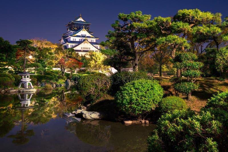 Weergeven op Osaka Castle van de tuin bij nacht, Japan stock foto's