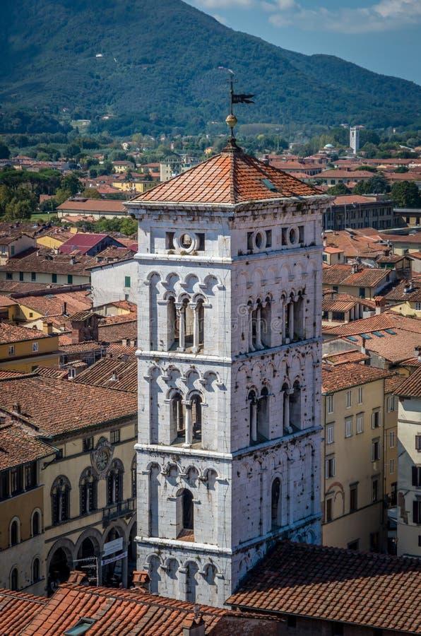 Weergeven op oude stad met Basiliek van San Michele van het Ertsklokketoren van Torre delle in Luca Italië stock fotografie