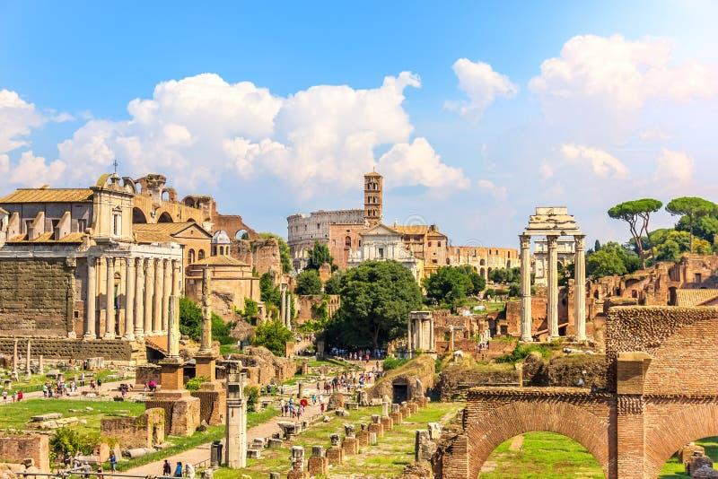 Weergeven op Roman Forum: De Tempel van Antoninus en Faustina, de Tempel van Venus en Rome, de Tempel van Bever en Pollux en t stock afbeeldingen
