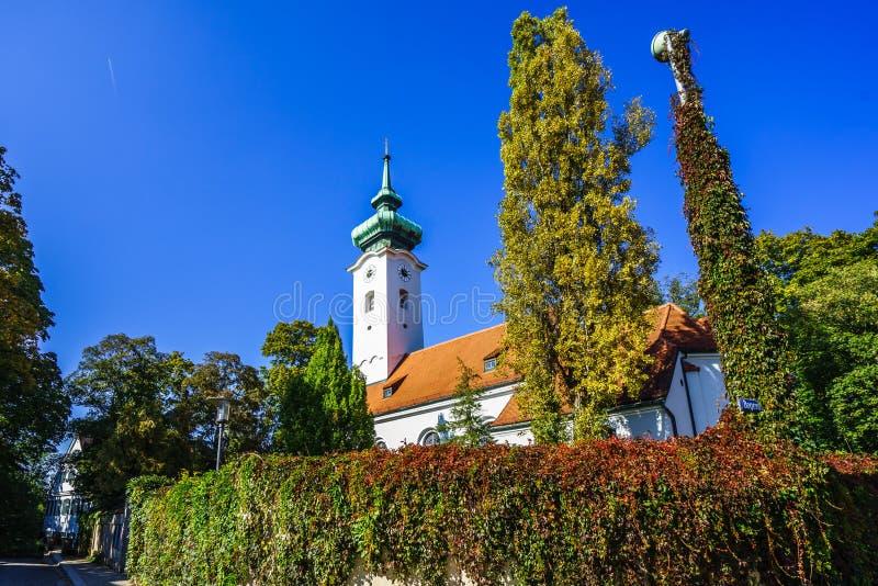 Weergeven op St Georg kerk in Bogenhausen, München stock afbeeldingen
