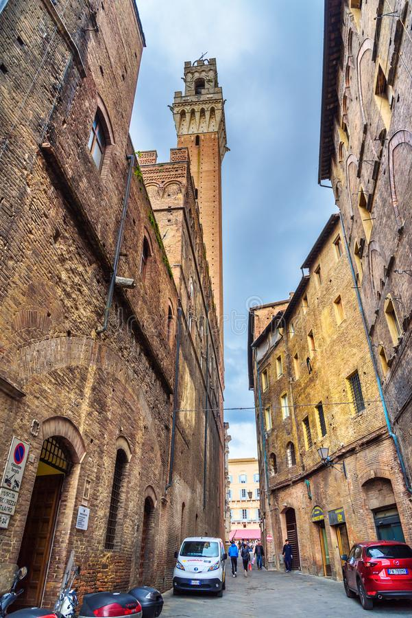 Weergeven op Torre del Mangia van middeleeuwse smalle straat in Siena Italië stock foto