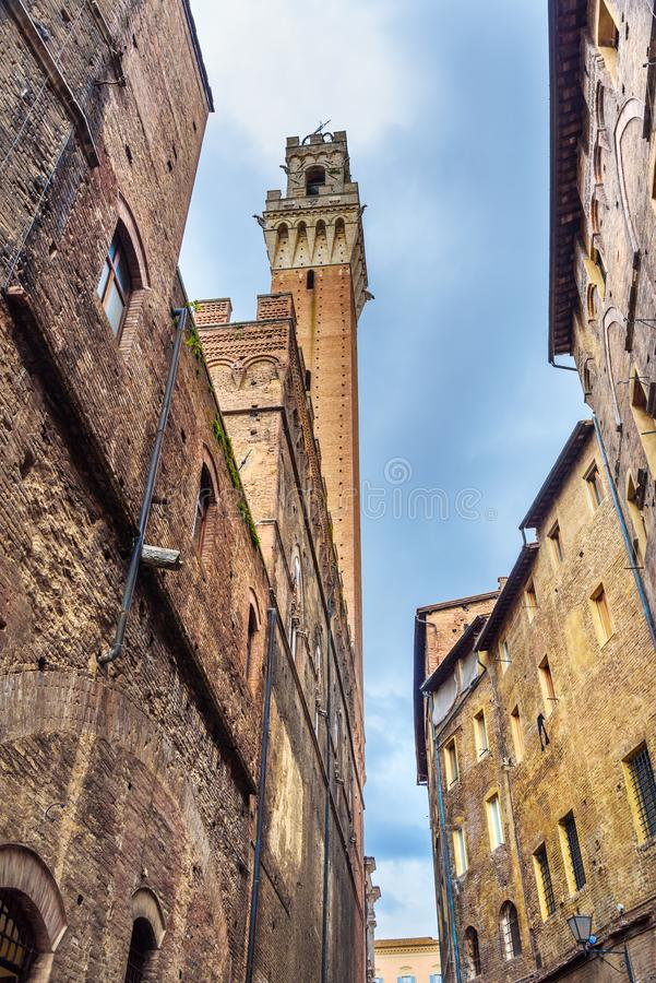 Weergeven op Torre del Mangia van middeleeuwse smalle straat Siena Italië stock foto