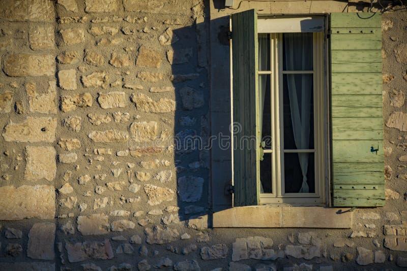 Weergeven op venster in middeleeuws huis in de Provence in zonlichten, Zuiden van Frankrijk royalty-vrije stock afbeeldingen