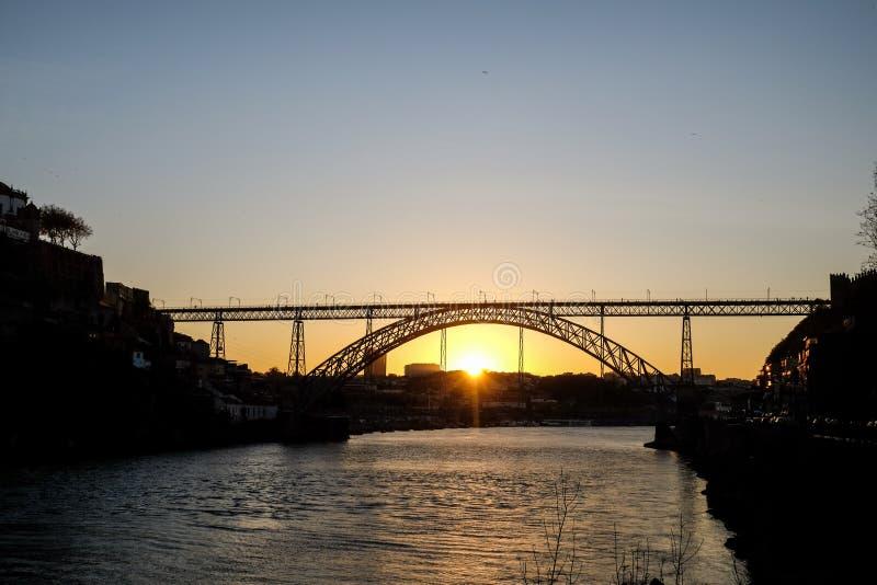 Weergeven op verbazende zonsondergang in Dom Luis I brug, Porto stock foto
