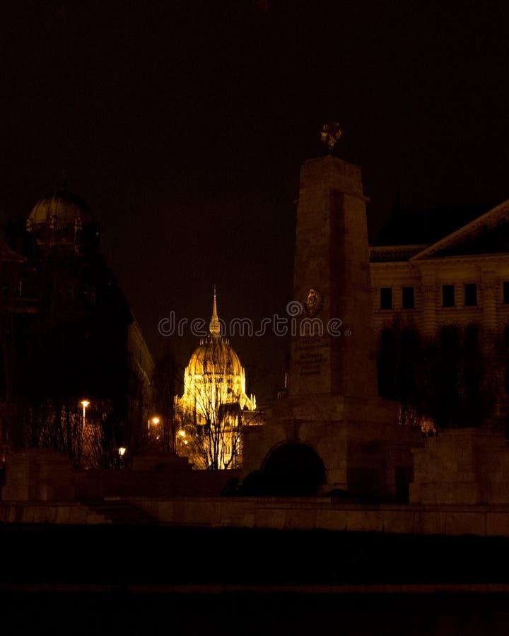Weergeven op vrijheidsvierkant op de achtergrond van Boedapest Hongarije van het parlement bij nacht royalty-vrije stock afbeeldingen