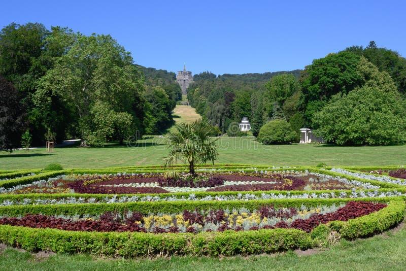 Weergeven over bloembed bij Kasteel Wilhelmhohe aan Hercules-monument, Wilhelmshoehe Mountainpark, Bergpark, Kasteelpark, Duitsla royalty-vrije stock afbeelding