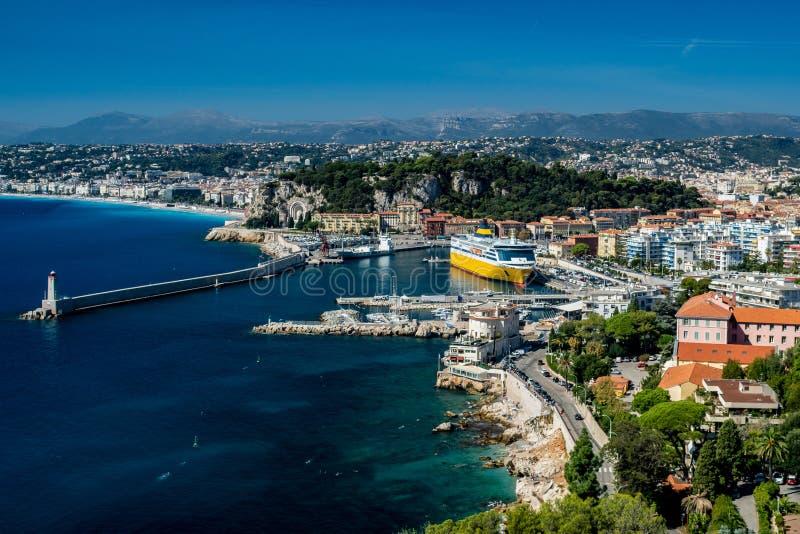 Weergeven over de haven en de baai van Nice met schitterende blauwe hemel stock fotografie