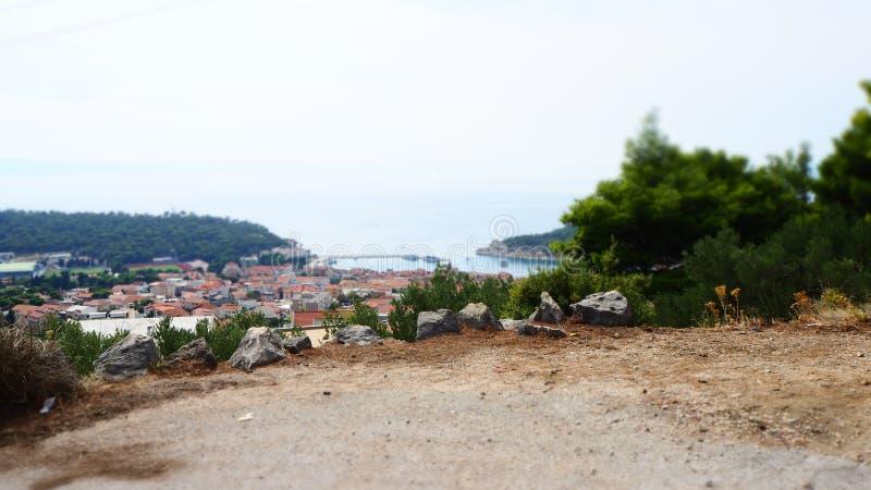 Weergeven over de slaperige havenstad van Makarska in Kroatië op Adriatic stock fotografie