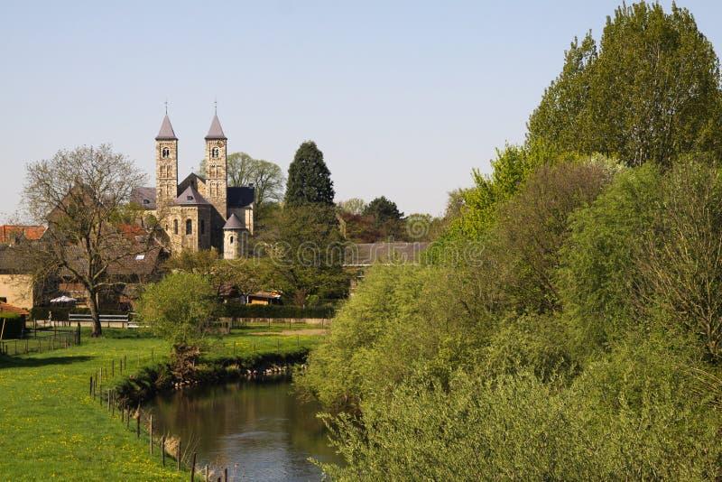 Weergeven over kleine rivierrur op basiliek van Sint Odilienberg dichtbij Roermond - Nederland royalty-vrije stock fotografie