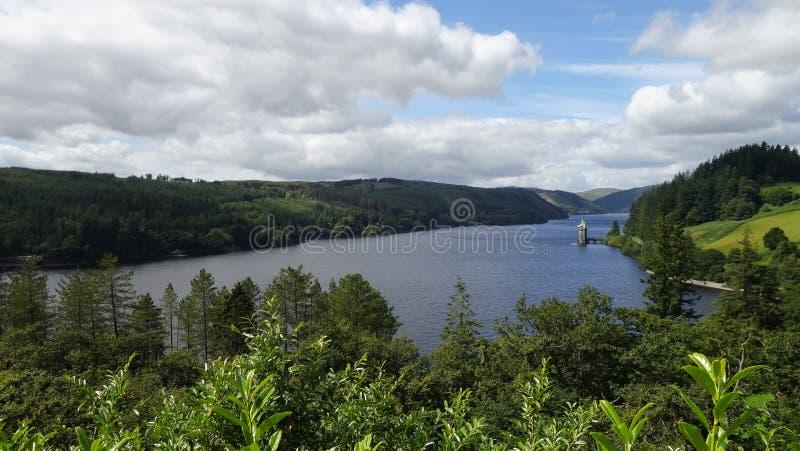 Weergeven over Meer Vyrnwy, Wales, met een toren op de waterkant stock afbeeldingen