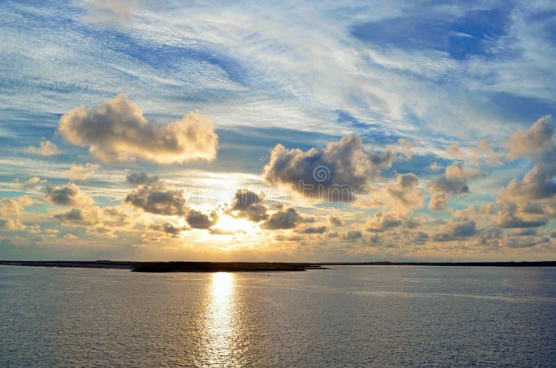 Weergeven over mooie zonsondergang op eiland Texel in Nederland stock foto's