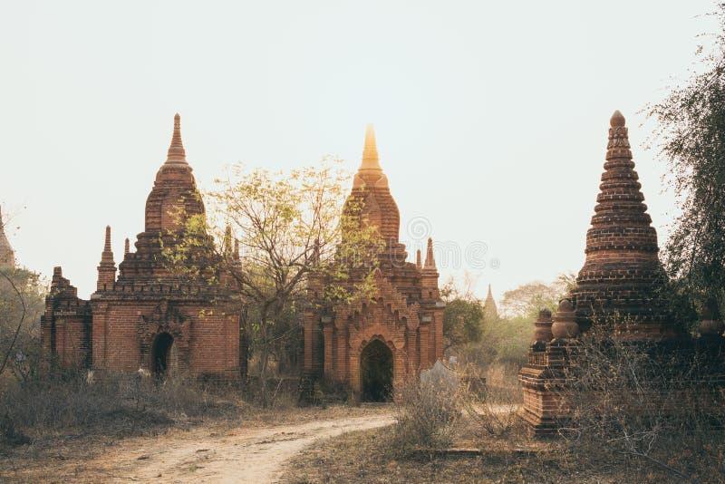 Weergeven over oude tempels van Bagan complex tijdens zonsopgang gouden uur in Myanmar royalty-vrije stock afbeeldingen