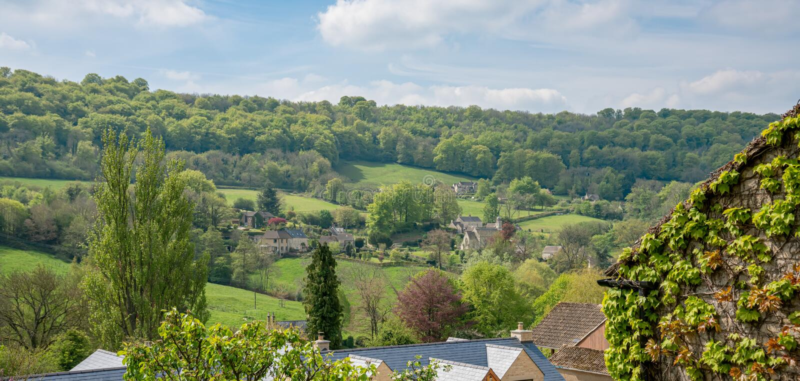 Weergeven over Sheepscombe met dorpskerk, Cotswolds, Gloucestershire, het Verenigd Koninkrijk stock fotografie