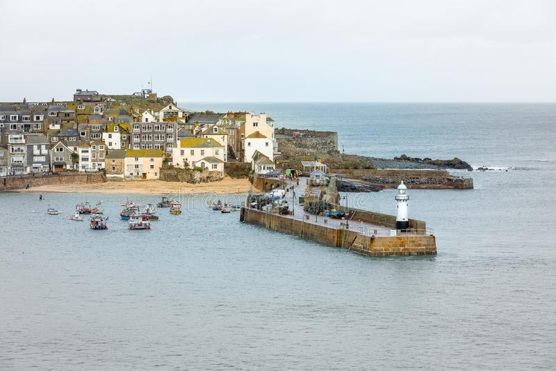 Weergeven over Smeatons-Pijler at High Tide, St Ives, Noord-Cornwall stock foto