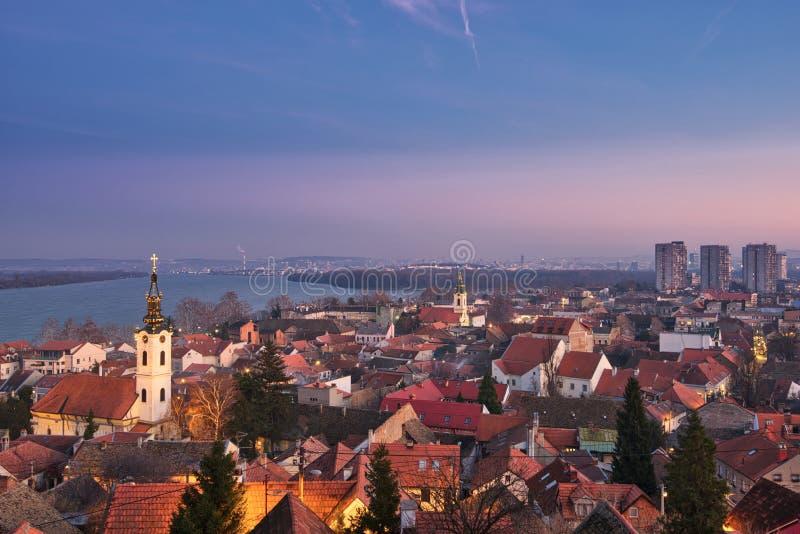 Weergeven over Zemun, St Nicholas Church, Donau en Belgrado tijdens royalty-vrije stock fotografie