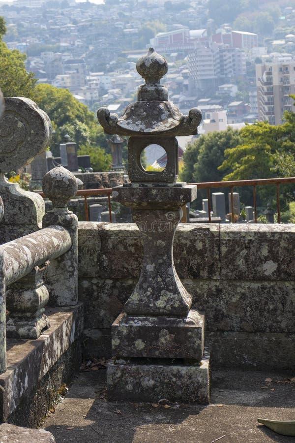 Weergeven van één van de tempels langs de Tempelstraat, Teramachi-dori, over de stad van Nagasaki royalty-vrije stock foto's