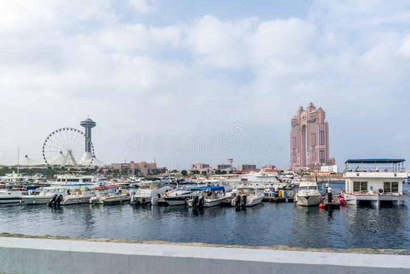 Weergeven van Abu Dhabi-stad beroemde Marina Mall, het wiel van het Jachthavenoog en Fairmont Marina Residences tegen bewolkte he royalty-vrije stock afbeeldingen