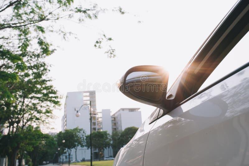 Weergeven van achterkant van nieuw wit autoparkeren op de asfaltweg in zonsondergangtijd royalty-vrije stock foto