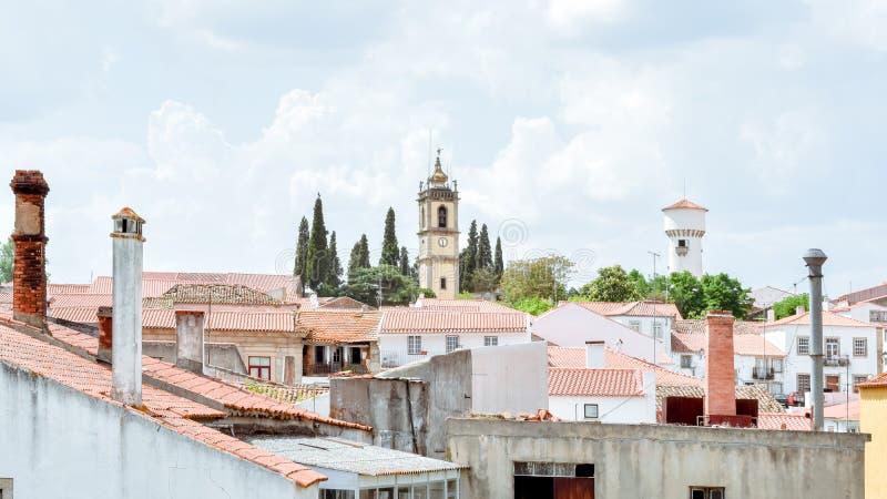 Weergeven van Almeida, Portugees dorp Torens en kruisen op de horizon van de stad stock afbeelding