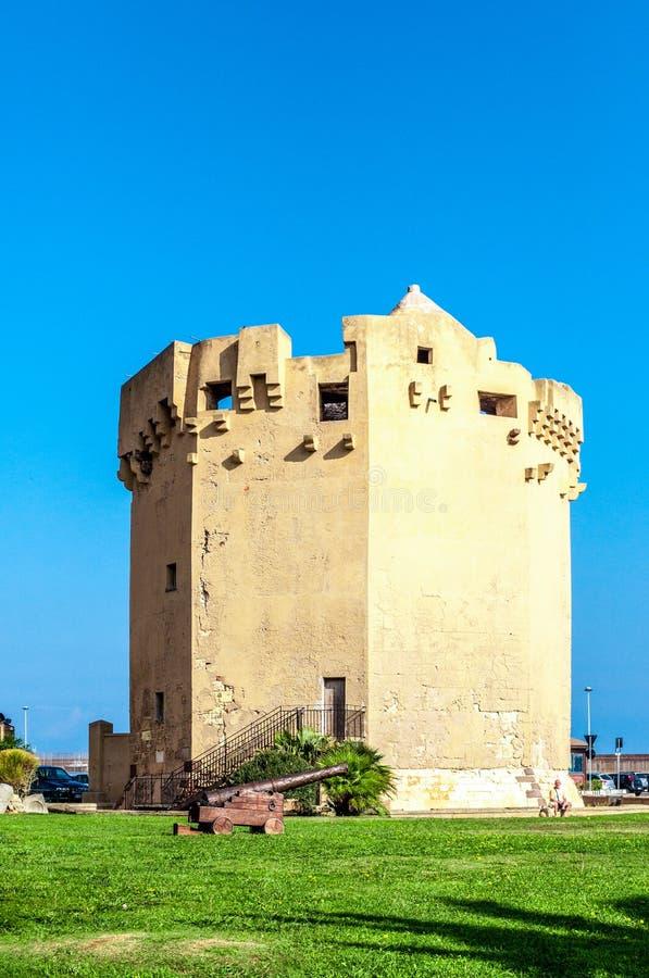 Weergeven van Aragonese-toren in de haven van Porto Torres stock fotografie