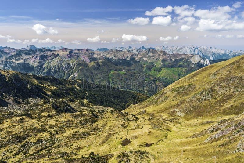 Weergeven van Aspe-Vallei van Ayous-bergpas zoals die in Oktober wordt gezien De bergkettingen van de Atlantische Pyreneeën zijn  stock fotografie