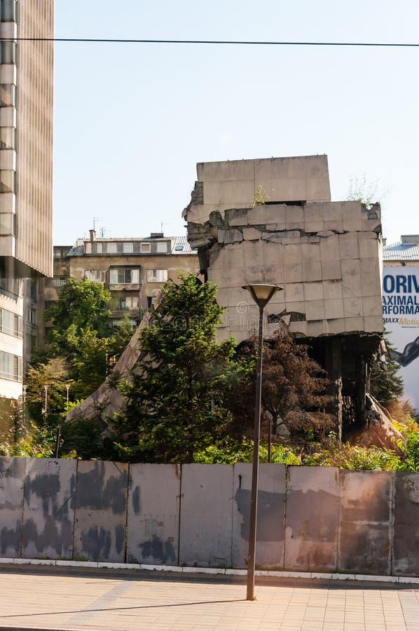 Weergeven van autobusvenster op vernietigd deel van de bouw van de binnenstad in Belgrado na luchtaanvallen in burgeroorlog royalty-vrije stock foto's