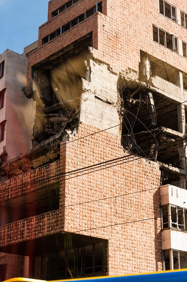 Weergeven van autobusvenster op vernietigd deel van de bouw van de binnenstad in Belgrado na luchtaanvallen in burgeroorlog royalty-vrije stock afbeelding