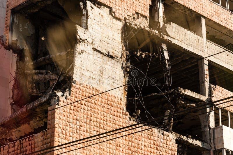 Weergeven van autobusvenster op vernietigd deel van de bouw van de binnenstad in Belgrado na luchtaanvallen in burgeroorlog royalty-vrije stock afbeeldingen