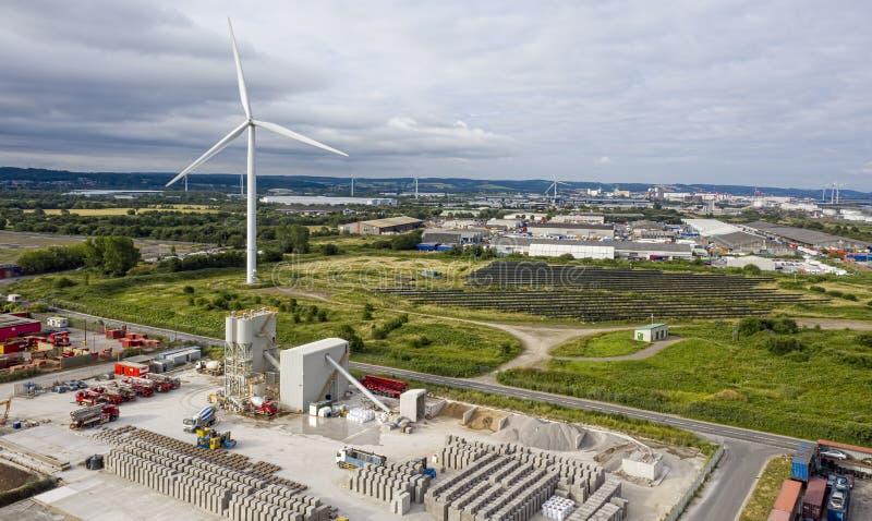 Weergeven van Avonmouth die industriële eenheden en windturbines tonen stock foto's