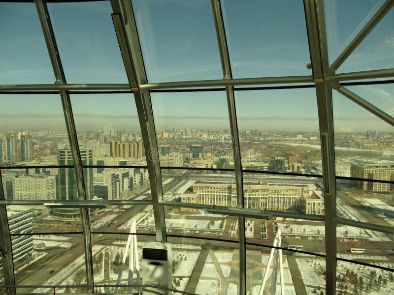 Weergeven van Baiterek-toren aan de stad van een hoogte stock fotografie